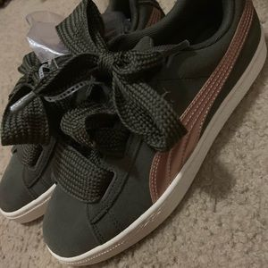 Brand new Girls Puma sneakers size 5.5 girls 71/2